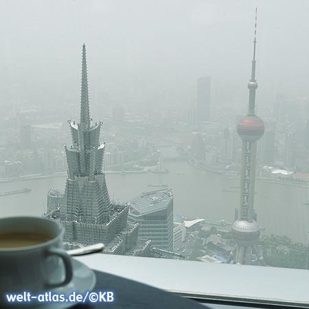 Blick vom Shanghai World Financial Center (SWFC) zum Jin Mao Tower und Oriental Pearl Tower, Pudong, Shanghai
