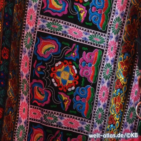 Schöne Textilien und typische Muster der Yao-Minderheit in Longsheng