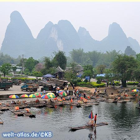 Am Li-Fluß bei Guilin kann man auf Bambusflößen mit gemütlichen Stühlen und Sonnenschirm eine kleine Rafting-Tour machen