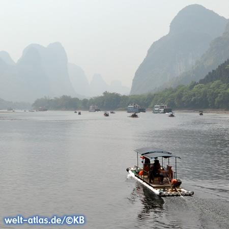 Auf dem Li-Fluß bei Guilin, Bambusflöße mit gemütlichen Stühlen und Sonnenschirm laden zu einer kleinen Tour ein