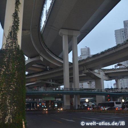 Unter der Hochstraße, Shanghai.Städtepartnerschaft mit Hamburg seit 1986