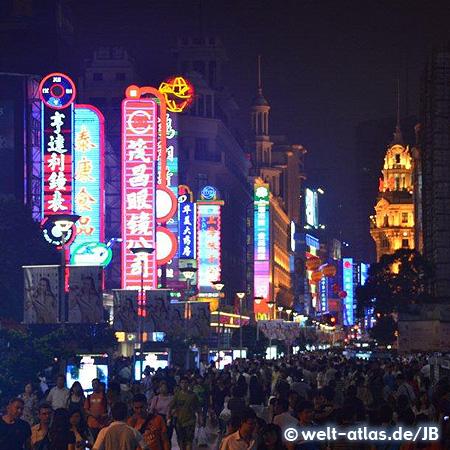Leuchtreklame, nachts an der Nanjing Road, eine der größten Einkaufsstraßen der Welt