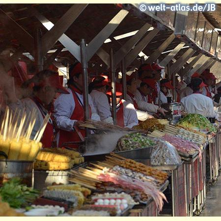 Köstlichkeiten auf dem Markt mit Imbissständen, Beijing