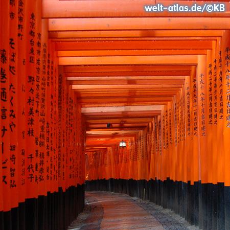 Gateway through the red torii to the inner shrine of Fushimi Inari-Taisha, Kyoto