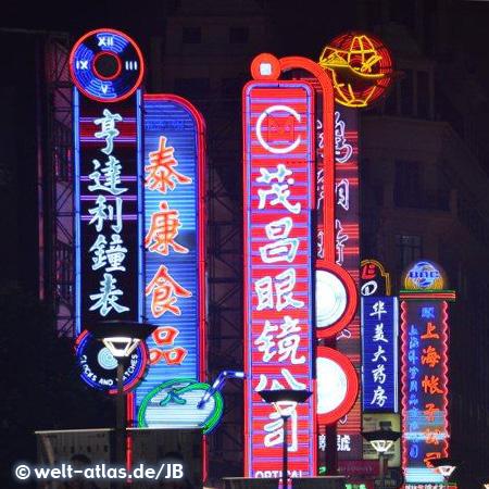 Nachts an der Nanjing Road, eine der größten Einkaufsstraßen der Welt