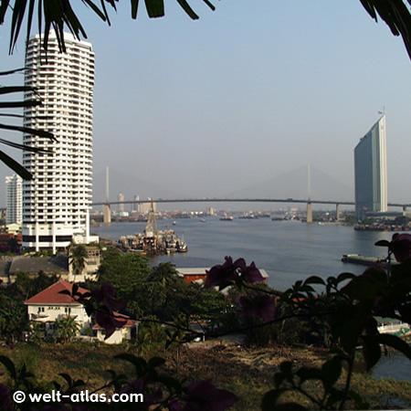 Blick vom Montien Riverside auf den Chao Phraya