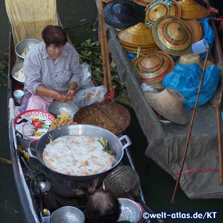 Frau im Boot mit ihrer Garküche auf dem Schwimmender Markt bei Damnoen Saduak