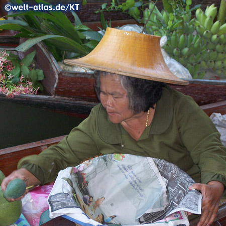 Frau im Boot verkauft Gemüse auf dem Schwimmender Markt bei Damnoen Saduak