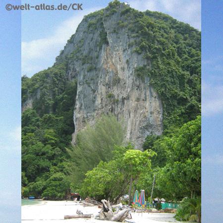 Koh Phi Phi, Felsen am Strand