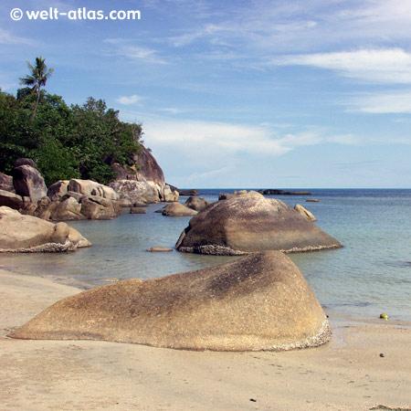 Strand, Felsen, seichte Badebucht