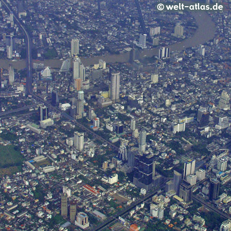 Anflug auf Bangkok, Hochhäuser und Chao Phraya