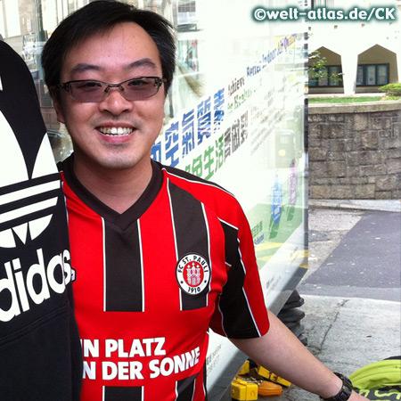 Fan in Hong Kong mit FC St. Pauli-Shirt