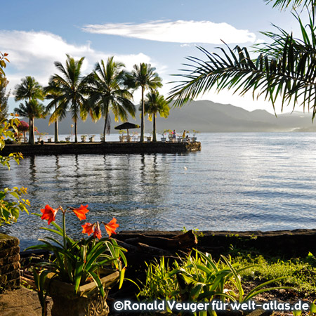Accommodation in Tuk Tuk at the beautiful Lake Toba, the largest volcanic crater lake of the earth with spectacular scenery