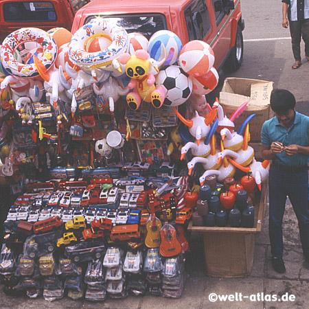 Bunter Spielzeugverkaufsstand auf Sumatra