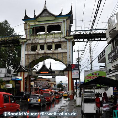 Brücke mit Tor und Straßenszene in Bukittinggi im Hochland der Minangkabau