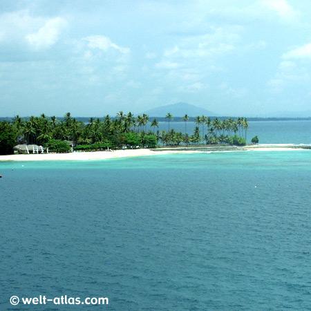 Bucht von Senggigi,Landzunge und Palmen mit Strand