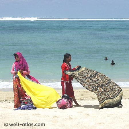 Strandverkäufer (Mädchen) in Kuta, Lombok,Tücher, Sarongs, Wasser, Badende, Lombok-Südküste