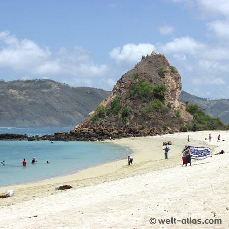 Strand, Verkäufer, Meer, Felsen,Kuta, Süd-Lombok am Strand