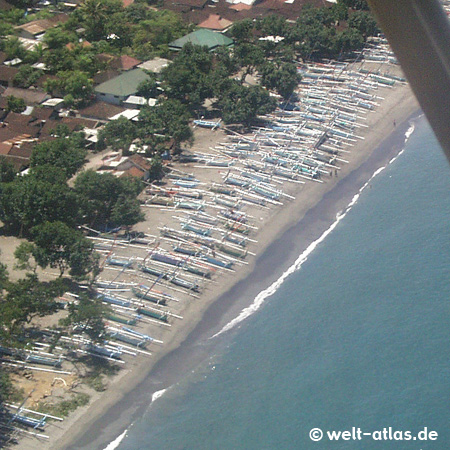 Küste und Strand von Lombok mit unzähligen Fischerbooten am Ufer, gesehen aus der Luft, kurz vor der Landung