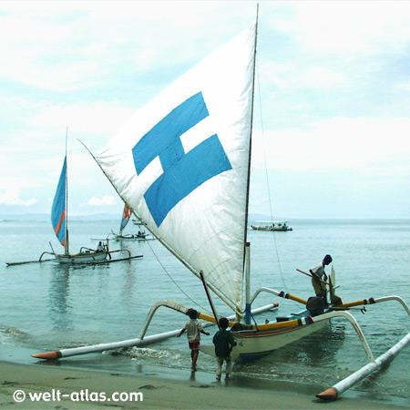 Segelboot am Strand, Kinder spielen am Boot, Ausleger