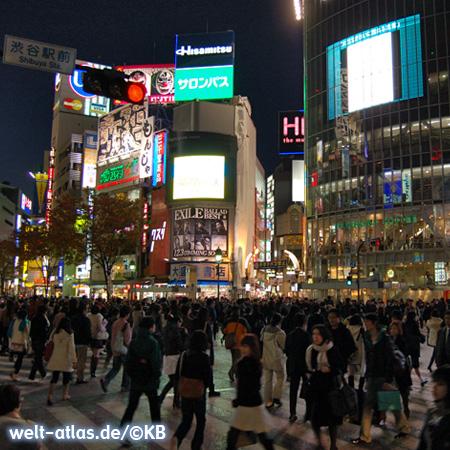 Die geschäftigste Straßenkreuzung der Welt im Einkaufs- und Vergnügungsviertel Shibuya in Tokyo