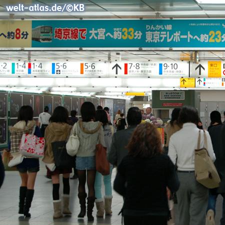 Shinjuku Station in Tokyo, einer der verkehrsreichsten Bahnhöfe der Welt