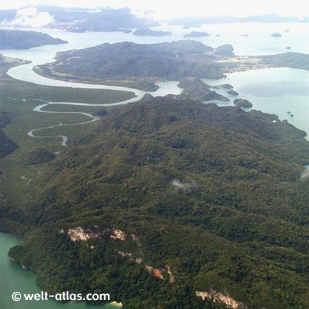 Langkawi aus der Luft, kurz vor der Landung über Pulau Dayang Bunting, Blick Richtung Pulau Tuba. Hinten in der Wolke liegt die Hauptstadt Kuah