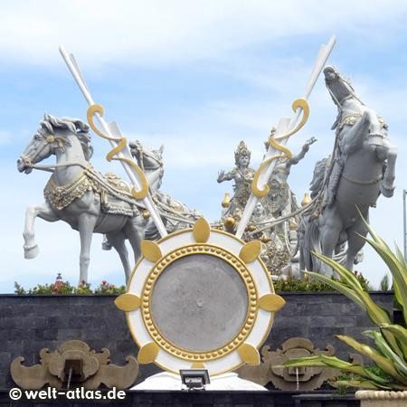 Monumentale Statue mit den hinduistischen Gottheiten und Pferden, Bali