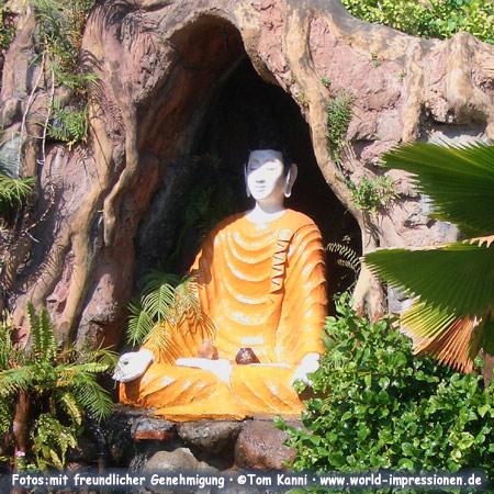 Buddhafigur in Brahma Vihara Arama, einziger buddhistischer Tempel auf Bali