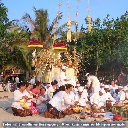 Opferzeremonie am Strand von Kuta