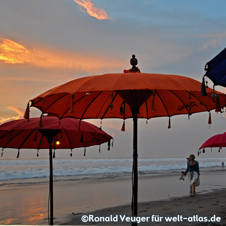 Romantische Abendstimmung am schönen Strand von Seminyak