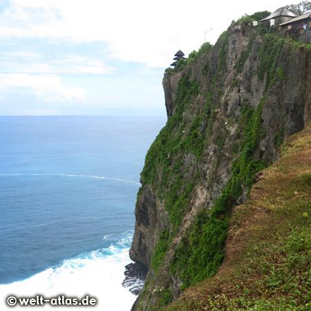 Hoch oben auf der gewaltigen Klippe steht der Meerestempel Uluwatu-Tempel