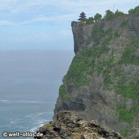 Uluwatu-Tempel auf einem Felsplateau über dem Meer