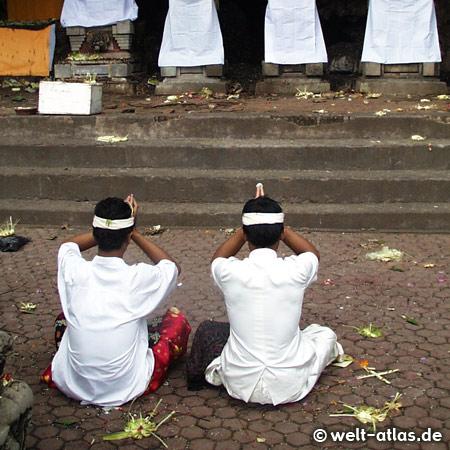Betende im Tempel, Bali