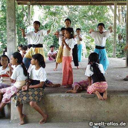 Kinder werden im klassischen balinesischen Tanz unterwiesen