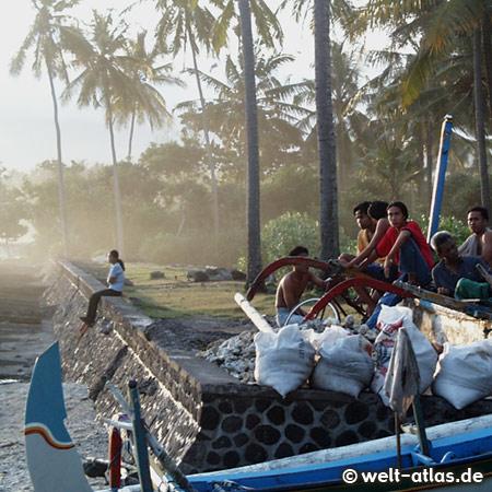 Fischer sitzen am Ufer in Candidasa