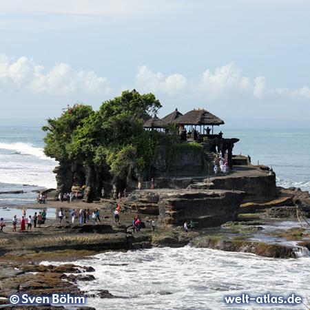 Bei Ebbe kann man den Meerestempel Pura Tanah Lot zu Fuß umrunden, das Betreten ist nicht gestattet  – Foto: Sven Böhm für welt-atlas.de