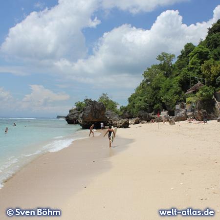 Strand von Padang Padang, schöne Bucht und beliebter Surfspot auf der Bukit-Halbinsel