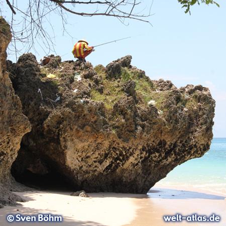 Angler auf einem Felsen über dem Meer, Bali – Foto: Sven Böhm für welt-atlas.de