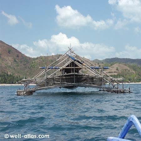 Zwischen Gili Suda und Gili Nanggu Fischer-Stelzenbauten im Wasser (Lombok Süd-West)