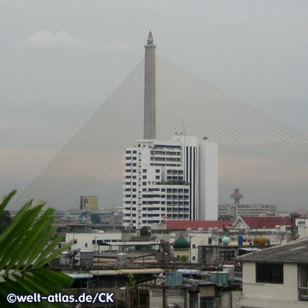 Blick vom Hotel auf die Rama-VIII-Brücke am Fluss Chao Phraya