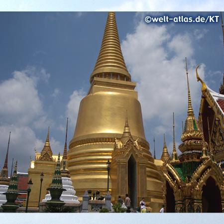 Goldener Chedi im Tempel Wat Phra Kaew (Tempel des Smaragd-Buddha)Phra Sri Rattana Chedi