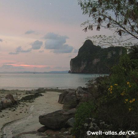 Sonnenuntergang am Strand von Koh Phi Phi, Provinz Krabi