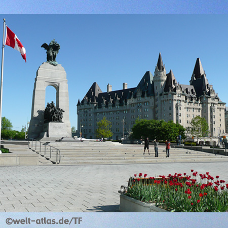Confederation Square und National War Memorial, im Hintergrund Hotel Chateau Laurier