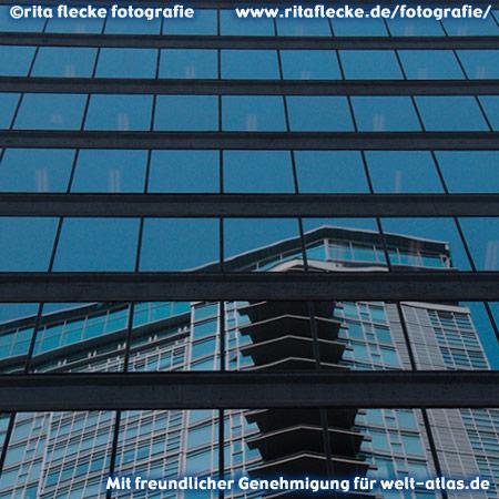 Spiegelung eines Hochhauses in Vancouver – Foto:©http://www.ritaflecke.de/fotografie/
