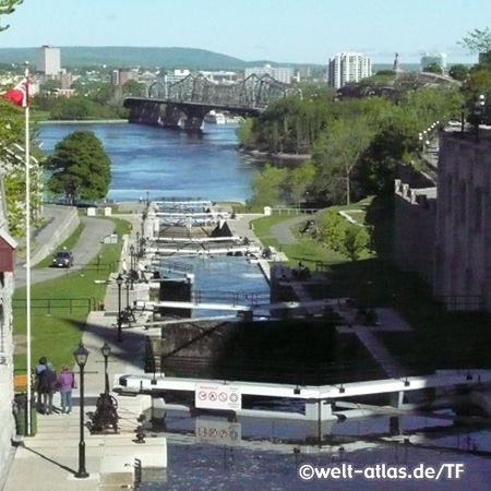Schleusen des Rideau Kanals, Alexandra Brücke im HintergrundOttawa-Fluss, Ottawa