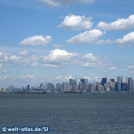 Manhattan Skyline, links die Freiheitsstatue auf Liberty Island