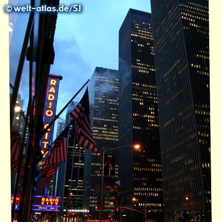 Die Avenue of the Americas und Radio City Music Hall