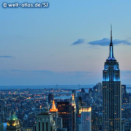 Dämmerung über Manhattan, Blick vom Rockefeller Center (Top of the Rock) auf Empire State Building und die Lichter von Manhattan