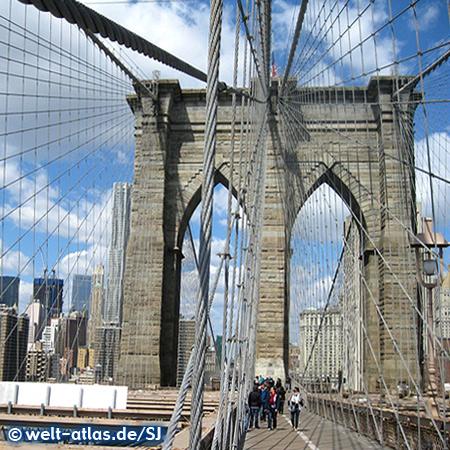Brooklyn Bridge über den East River in Manhattan